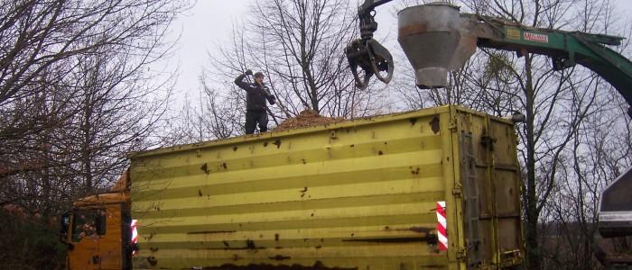 Zerkleinertes Schnittgut wird in einen Laster verfrachtet