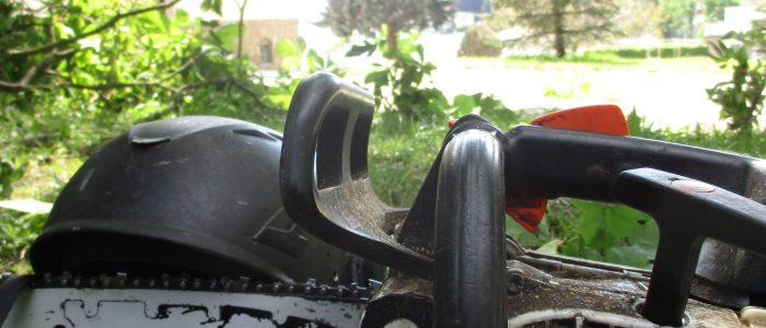 Werkzeug: Säge MS-200T und Kletterhelm